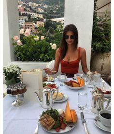 Emily Ratajkowski à l'hôtel Le Sirenuse à Positano