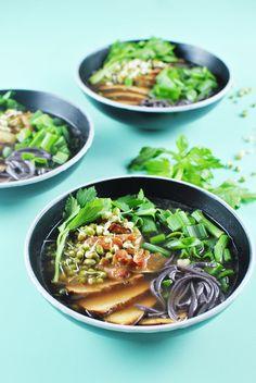 Veganský ramen - Polévka se zeleninovým vývarem, miso pastou, nudlemi, tofu, glazovanou karotkou, klíčky a cibulkou
