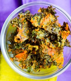 How-to make cheezy spicy vegan Kale Chips! Perfect for weekend snacking. Kale Chip Recipes, Raw Food Recipes, Vegetarian Recipes, Healthy Recipes, Chef Recipes, Vegan Snacks, Healthy Snacks, Healthy Eating, Vegan Treats