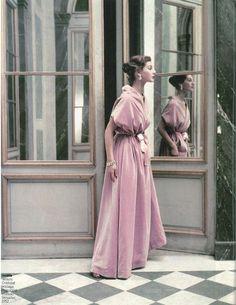Modèle en velours de Balenciaga photographié au château de Versailles en 1952.