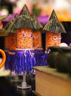 Tubetes de bruxinha para festa com temática de Halloween. Veja passo a passo de como fazer o porta-balas!