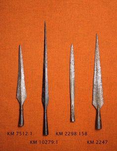 Komea rautainen varsiputkellinen keihäänkärki (Petersenin M-tyyppiä), lähinnä tyyppiä Nordman, Karelska järnålderstudier (SMYA 34) kuva 103 a. Terä hyvin...
