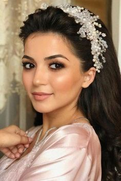 Wedding Hair And Makeup Ideas ★ wedding hair and makeup natural swept back dark hair down with wedding halo teona_dati Best Wedding Hairstyles, Crown Hairstyles, Boho Hairstyles, Wedding Hair And Makeup, Bridal Makeup, Hair Makeup, Make Natural, Wedding Hair Inspiration, Wedding Ideas