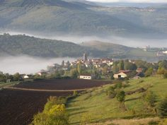 Le village de Chilhac dans le brouillard en Haute-Loire