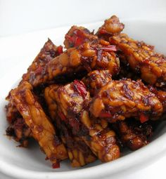 Roys Indonesian food express: Tempeh is lekker en gezond. Tofu Recipes, Spicy Recipes, Asian Recipes, Cooking Recipes, Healthy Recipes, Low Carb Brasil, Indonesian Cuisine, Indonesian Food Traditional, Indonesian Recipes