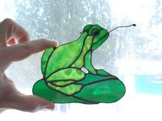 Cute suncatcher with wire used for tongueFrog Suncatcher Stained Glass Birds, Stained Glass Suncatchers, Stained Glass Designs, Stained Glass Panels, Stained Glass Projects, Stained Glass Patterns, Fused Glass, Art Nouveau, Glass Frog