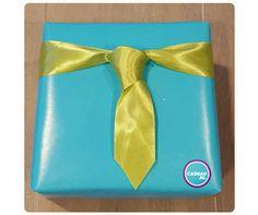 Cadeau-tip: Een cadeau voor een man inpakken? Als je weet hoe je een stropdas knoopt kun je dat ook met een breed stuk lint! Knip de onderzijde in een mooie punt en voilá! #cadeau #inpakken #geschenkverpakking