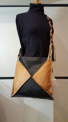 """Exclusief """"AU"""" design. Tote bag gemaakt van rundleder. Met ritssluiting. € 139,95 te koop bij www.atelierunique.nl"""