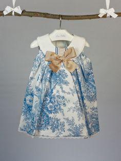 Vestido Rochy tela blanca estampado toile de jouy azul con lazo tostado