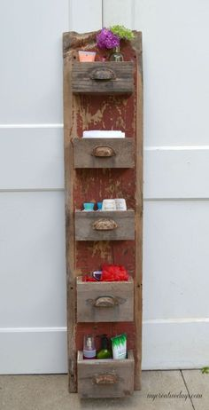 Wood Projects DIY Barn Wood Wall Bin - We are always trying to get more organized in all areas of our lives. This easy DIY wall organizer has a rustic look but will keep anything you store in it streamlined and neat. Barn Wood Crafts, Barn Wood Projects, Rustic Crafts, Diy Projects, Barn Wood Decor, Wood Board Crafts, Primitive Wood Crafts, Primitive Snowmen, Decor Crafts