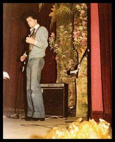 Un joven y retro Gustavo Cerati, década del 70. Soda Stereo, Rock Argentino, Perfect Love, Rock Music, Rock And Roll, Painting, Honey, Cookies, Retro