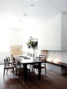 Sala de jantar com lareira grande