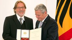 Bundespräsident Joachim Gauck (r) verleiht am 06.10.2014 im Schloss Bellevue in Berlin einen Verdienstorden zum Tag der Deutschen Einheit an den Schauspieler Götz George aus Berlin.