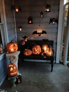 15 Frightfully Cute Ways to Decorate a Porch for Halloween : Spooky Halloween decorations. Want to find cute ways to decorate for Halloween? Here are 15 Frightfully Fun Outdoor Halloween Decorations perfect for your front porch. Retro Halloween, Casa Halloween, Spooky Halloween Decorations, Halloween Home Decor, Halloween Party Decor, Holidays Halloween, Halloween Crafts, Halloween Lighting, Spooky Decor