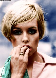 Twiggy Blond girl with painted eyelashes, hair shorter than Vidal's BOB and really very skinny -Yes! This is Twiggy.Twiggy- is Lesley L. Twiggy Style, Twiggy Model, Linda Evangelista, Melena Bob, Short Hair Cuts, Short Hair Styles, The Face, Lauren Hutton, Summer Beauty