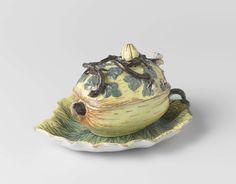 Drie Posteleyne Astonne | Onderschotel van veelkleurig beschilderde faience, behorend bij een pompoenvormige doos met deksel, Drie Posteleyne Astonne, Hendrik van Hoorn, c. 1760 - c. 1800 | Onderschotel van veelkleurig beschilderde faience, in de vorm van een blad. Merk: v H 3. Behorend bij een pompoenvormige doos met deksel.