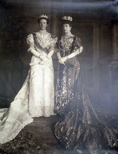 Queen Alexandra of the United Kingdom with Queen Victoria of Sweden, 1907.