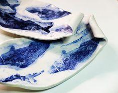 Bandejas con decoración en azul cobalto.