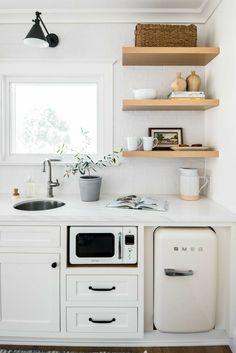 Farmhouse Kitchen Cabinets, Kitchen Backsplash, Backsplash Ideas, Splashback Ideas, Kitchen Shelves, Compact Kitchen, Mini Kitchen, Smeg Kitchen, Kitchen Cart