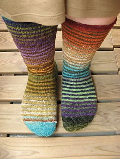 A photo tutorial on making toe up socks. Knitting Socks, Hand Knitting, Knitting Patterns, Knit Socks, Striped Socks, Leg Warmers, Ravelry, Knit Crochet, Diy Crafts
