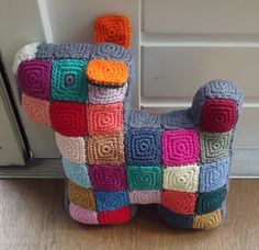 A van Atelier VerMaak: Scottie dog. The crochet translation of the well known quilt pattern! Crochet Home, Love Crochet, Crochet Granny, Crochet For Kids, Crochet Crafts, Yarn Crafts, Easy Crochet, Crochet Stitches, Crochet Projects