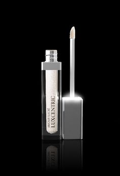 A moisturizer electric pink gloss, glossy and plumping with hyaluronic acid and LED light and a mirror integrated. Glossy Lips, Red Lips, Pearl Beach, Bright Makeup, Lip Plumper, Lip Gloss, Usb Flash Drive, Moisturizer, Perfume