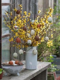 gorgeous yet simple setting for Easter Easter Tree, Easter Wreaths, Easter Eggs, Kwanzaa, German Christmas Traditions, Diy Osterschmuck, Egg Tree, Garden Whimsy, Easter Table Decorations