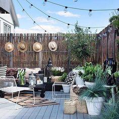 Backyard-love! Herlig inspirasjon til verandaen! Og gjerdet er en supersmart skjermvegg Seen @cosi_home by bonaturlig
