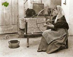 """Mallorca-Principios SigloXX.Joven payesa devanando,con la rueda,frente a ella vemos un recipiente,que se denomina """"barcella""""(la barcella es una medida de grano).Ftf.Antoni Palau.Fotos Antiguas de Mallorca."""
