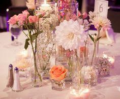 Tischdeko aus einer Kombination aus unterschiedlichen, einzelnen Blumen