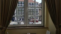 A Câmara Municipal de Lisboa vai disponibilizar 100 casas no centro da cidade. A medida visa evitar a saída de moradores do centro histórico. http://observador.pt/2017/12/29/camara-de-lisboa-disponibiliza-100-casas-para-travar-saida-de-moradores-do-centro-historico/