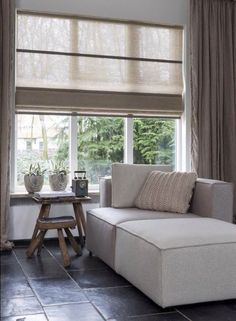 Wonderful Snap Shots Roman Blinds living room Thoughts Roman blinds are a favorite favourite among conscious homeowners as they offer a stylish, stylish and affordable treatme Curtains Living, Curtains With Blinds, Roman Blinds, Thick Curtains, Window Curtains, Style At Home, House Windows, Bay Windows, Window Design