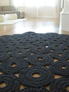 Crochet rug [mondial tissus mood] on aime ce splendide tapis en crochet ! Crochet Diy, Crochet Home Decor, Love Crochet, Crochet Crafts, Yarn Crafts, Crochet Rugs, Modern Crochet, Tunisian Crochet, Yarn Projects
