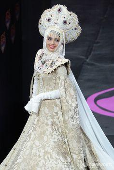 Участница конкурса из России Эльмира Абдразакова на шоу национальных костюмов Мисс Вселенная-2013