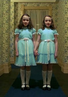 Lisa and Louise Burns as the Grady girls in The Shining 1980 psychological horror film produced and directed by Stanley Kubrick. Double Halloween, Twin Halloween, Halloween Horror, Halloween Stuff, Halloween Costumes For Twins, Carrie Halloween Costume, Classic Halloween Costumes, Halloween 2018, Halloween Makeup