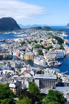Fiskesuppe & Sjokolade-Mousse-Torte in Ålesund, Norway Beautiful Sites, Life Is Beautiful, Beautiful Places, Alesund, Bergen, Pretty Landscapes, Scandinavian Countries, Belle Villa, North Sea