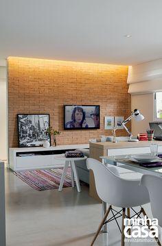 Na região oeste de São Paulo, a arquiteta Marina Carvalho encarou uma reforma para dar sua cara ao imóvel de 65 m². A obra resultou na integração de um quarto à sala – que agora abriga estar, jantar e home office sem aperto.