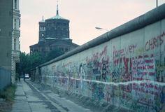 a2072 Wer hat sich noch nicht verewigt an der Mauer? Viel Platz ist nicht mehr. Thomaskirche, Kreuzberg, 1988.