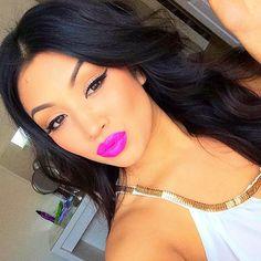 Winged Eyeliner - Bright Pink Lips