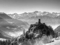 Castello di Graines, Brusson, località Graines, Valle d'Aosta. 45°44′17.6″N 7°45′15.4″E