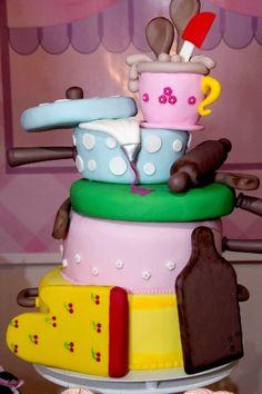O bolo da aniversariante, confeccionado com pasta americana, tinha motivo de culinária para compor a decoração da mesa.