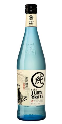 Saké Jun Daiti is challenging the local Brazilian market with its Japanese inspired label design. Created by Linea Packaging, the label features a hand drawn samurai and the original Kanji. Japanese Packaging, Cool Packaging, Beverage Packaging, Sake Bottle, Glass Bottle, Japanese Sake, Branding, Printing Labels, Wine And Spirits