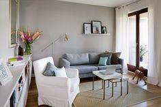 szarość + jasna podłoga + czekoladowe okna + białe zasłony