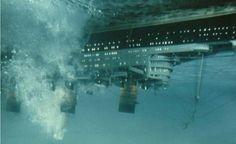 barco dado vuelta por la ola gigante creada por un maremoto