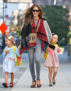 Sarah Jessica Parker Wraps Up in Fall's Blanket Coat – Vogue Sarah Jessica Parker, Mommy Style, Her Style, Style Blog, Burberry Poncho, Blanket Coat, Horse Blanket, Elements Of Style, Star Fashion