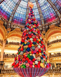 Meet the Balloon Christmas Tree at Galeries Lafayette. (Galeries Lafayette) - Lebanon in a Picture Merry Christmas, Christmas In Paris, Unique Christmas Trees, Christmas Love, Vintage Christmas, Christmas Images, December Holidays, Xmas Holidays, Balloon Installation