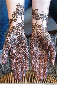 Neat and easy #patterns are used in this bridal mehandi #design for hands to keep the #brides hands stylishly decorated.