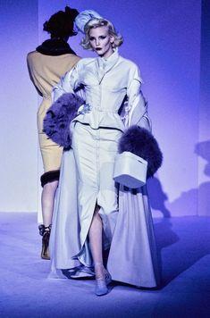 Mugler Fall 1995 Couture Fashion Show - Nadja Auermann Couture Fashion, Runway Fashion, Street Fashion, Fashion Show, Fashion Design, Fashion Rings, Fall Fashion, High Fashion, Fashion Outfits