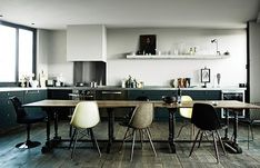 large table in open plan kitchen interior Interior Desing, Interior Inspiration, Interior Architecture, Inspiration Boards, Kitchen Inspiration, Eames Chairs, Dining Room Chairs, Eames Dining, Vitra Chair