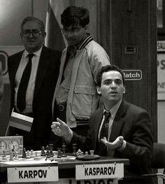 Kasparov se enoja con Karpov en presencia de Rentero y Anand.